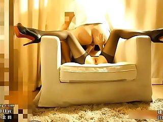 身材超正点性感的极品黑丝女神单人沙发上被猛男各种花招干,冲刺时干的太猛美女叫的真动人!